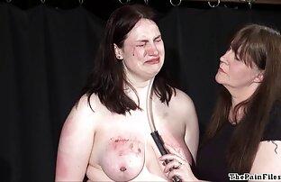 Lesbian bokep mom boy yang bertato dengan payudara besar bercinta satu sama lain